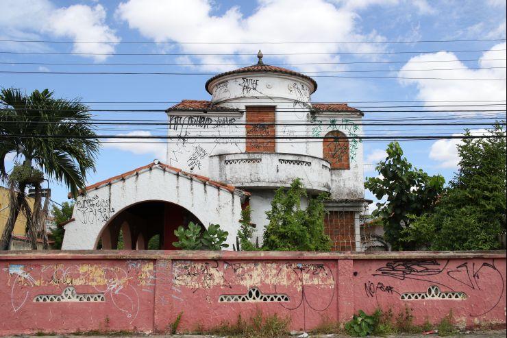 Prédio na rua José Pinto do Carmo, esquina com a av. Francisco Sá