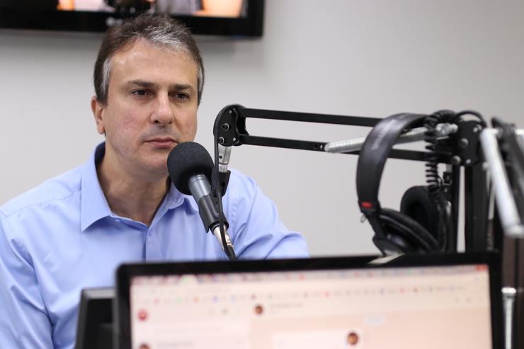 Camilo Santana diante do microfone, no estúdio da rádio O POVO/CBN