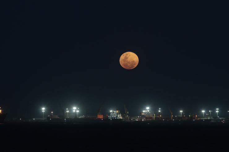 Imagem da lua sobre o litoral de Fortaleza