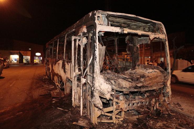 Ônibus incendiado no bairro Sapiranga nessa sexta-feira, 27