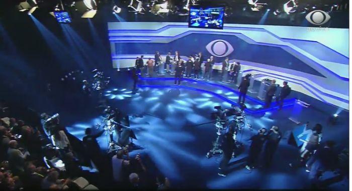 Imagem de ângulo superior do cenário onde estão apresentador e candidatos a presidente (Foto: )