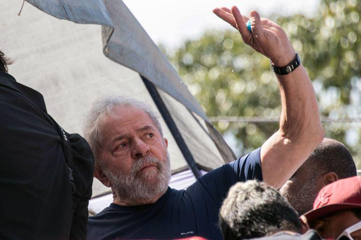 Lula, sério, faz aceno no dia da prisão, em 7 de abril