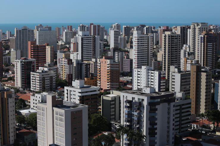 Prédios de Fortaleza, com vista do mar ao fundo