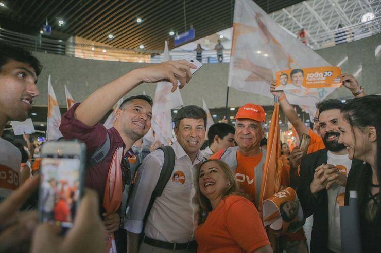 Amoedo posa para selfie com apoiadores