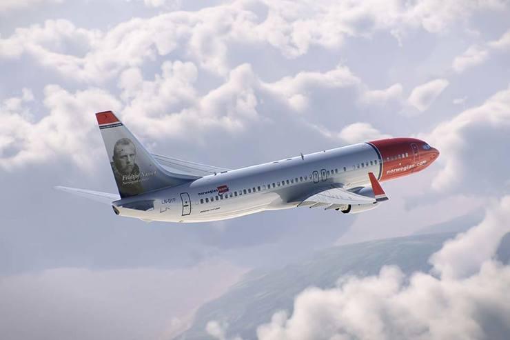 Avião da Norwegian entre as nuvens