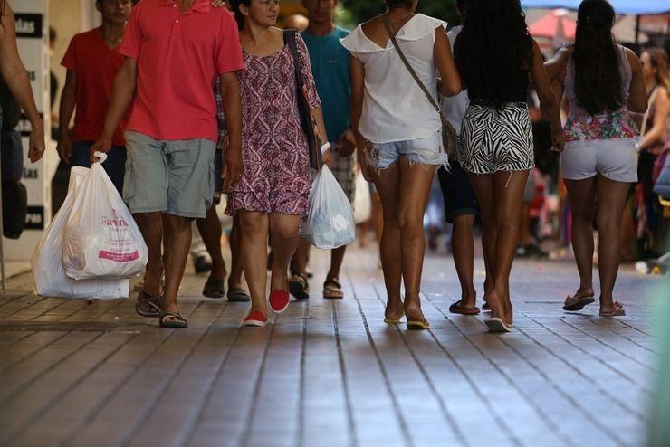 Pessoas caminhando no Centro de Fortaleza