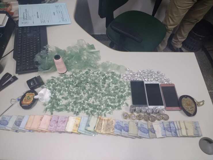 Dinheiro, trouxinhas de cocaína, crack e celulares