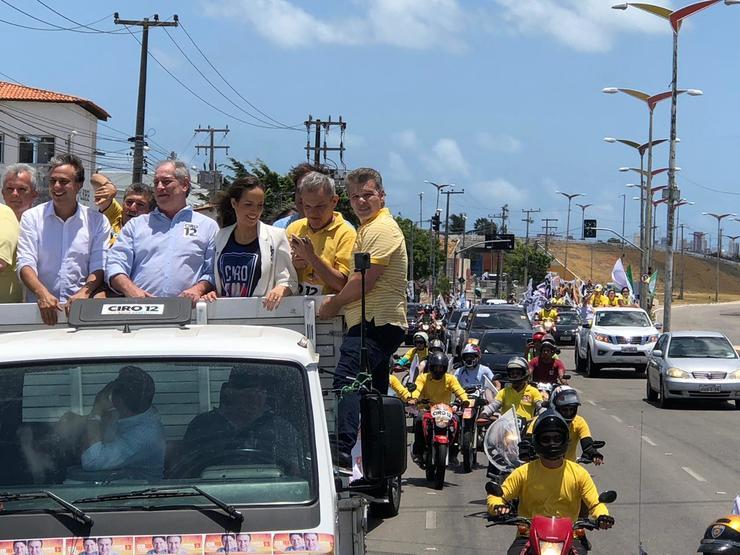 Candidato Ciro Gomes participa de carreata acompanhado de aliados, como Camilo Santana