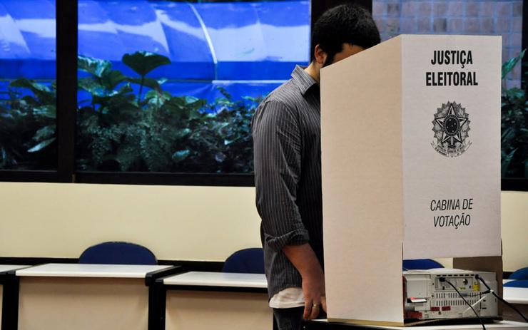 Eleitor frente a cabine de votação