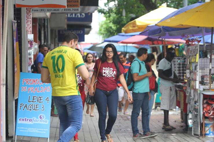 Pessoas caminham no centro de Fortaleza