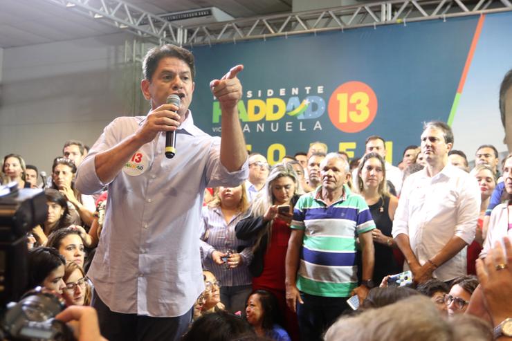 Cid Gomes fala apontando dedo em comício