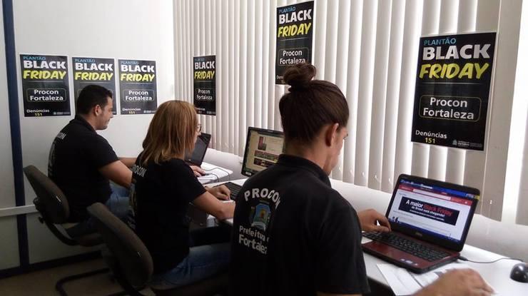 Funcionários do Procon sentados em frente ao computador. (Foto: Divulgação/ Procon) (Foto: )