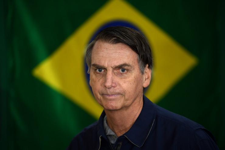 Bolsonaro com bandeira do Brasil ao fundo (Foto: )