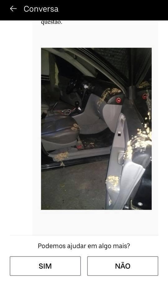 Foto mostra carro sujo de vômito