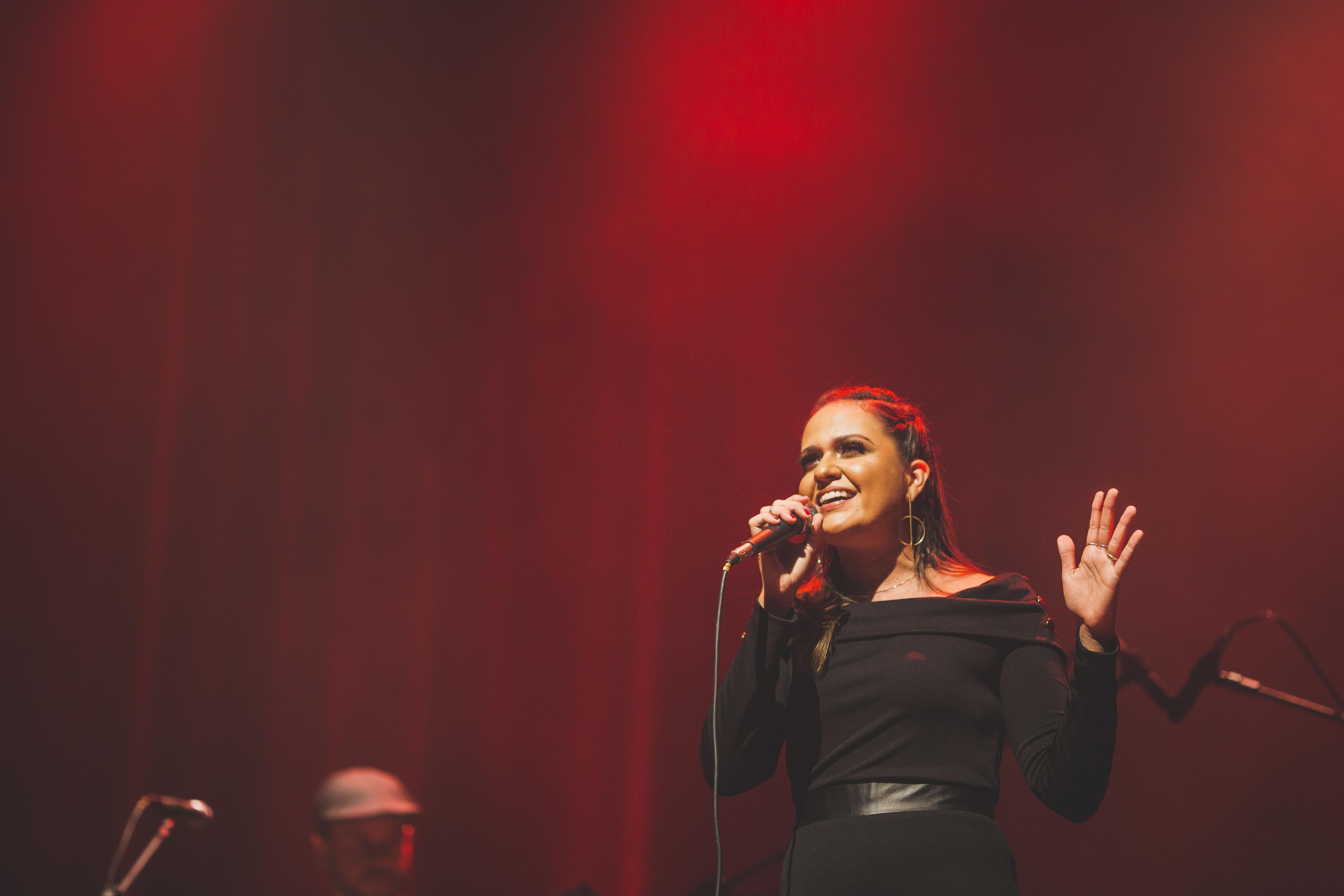 Mulher cantando em show