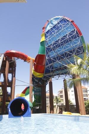 Imagem do brinquedo no qual aconteceu o acidente, com o grande funil em destaque e, abaixo, dutos por onde descem os banhistas