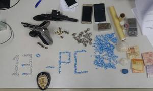 um revólver 38 e uma pistola .40, balança, maconha, crack, dinheiro e aparelhos celulares