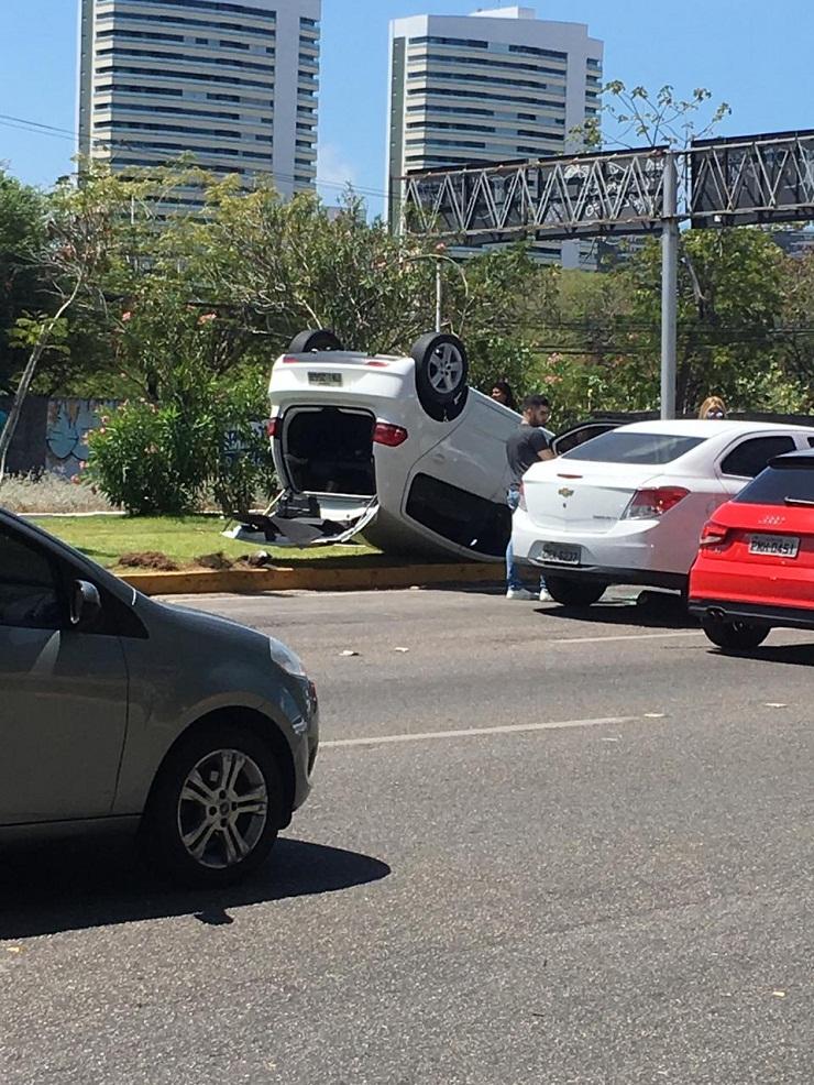 Carro capotado em avenida (Foto: )