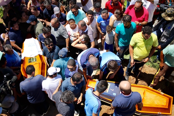 Comoção durante sepultamento de vítimas em Serra Talhada