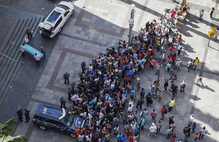 Multidão em frente à Catedral