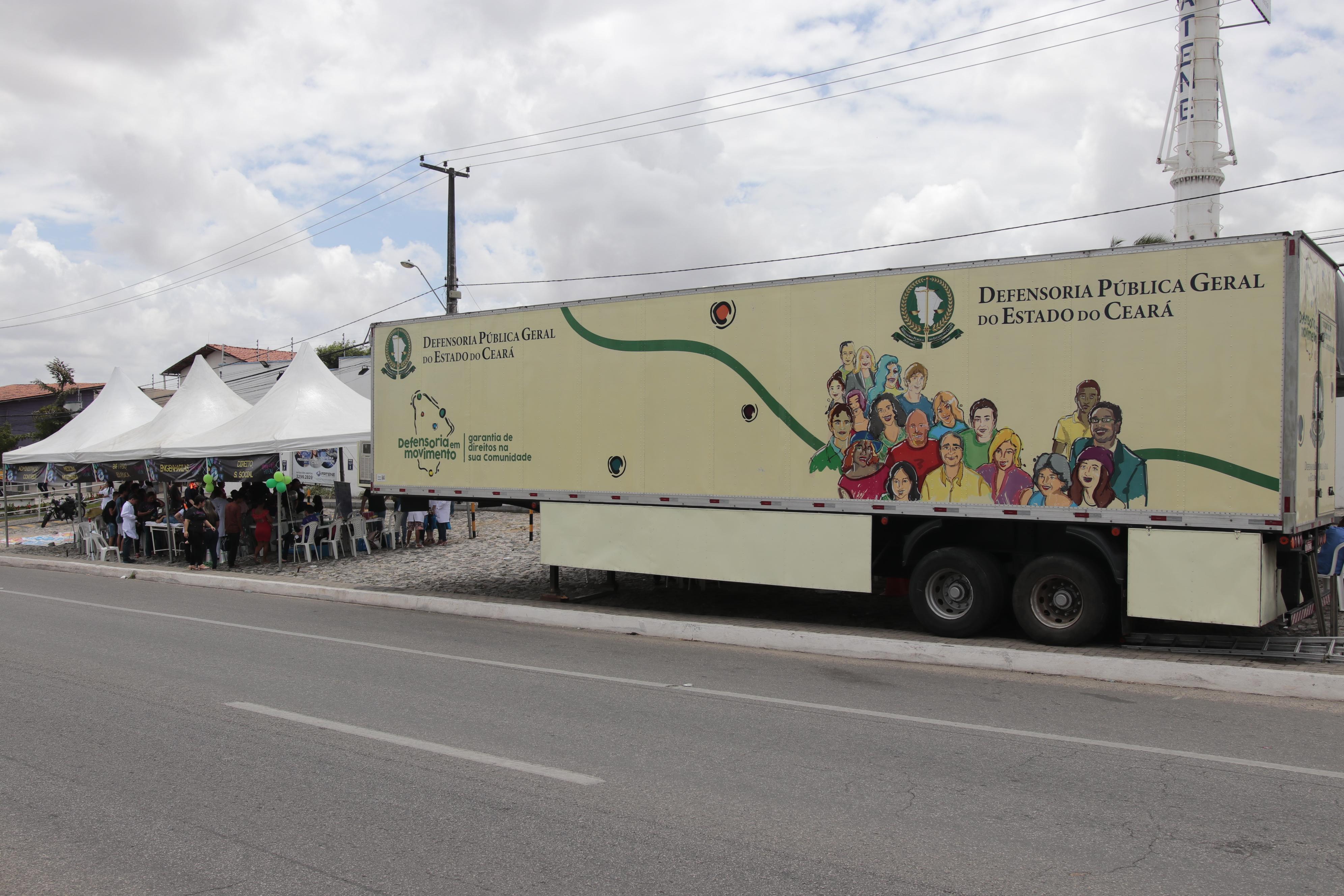 """ônibus da """"Defensoria em Movimento"""" já esteve em 13 localidades na periferia de Fortaleza e no Interior"""