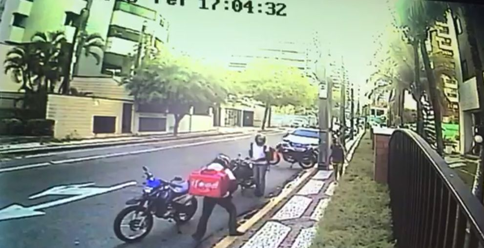 Homens usam trajes de entregadores de comida no momento do assalto