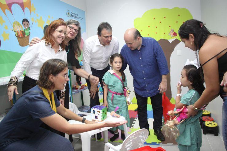 Governador Camilo Santana e prefeito de Fortaleza, Roberto Cláudio, em visita de inauguração de leitos pediátricos do IJF 2 (Foto: )