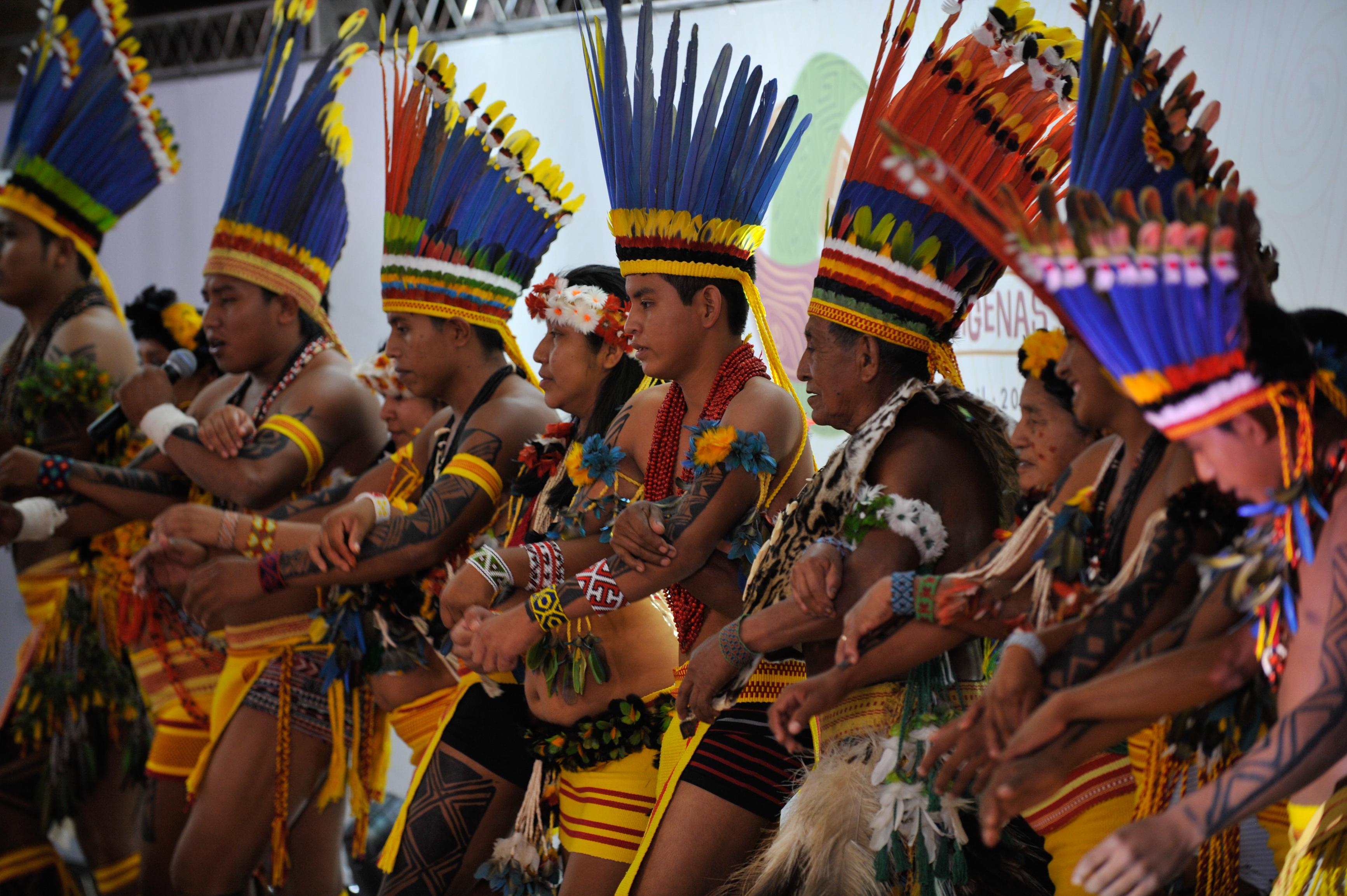 índios com cocais dançam