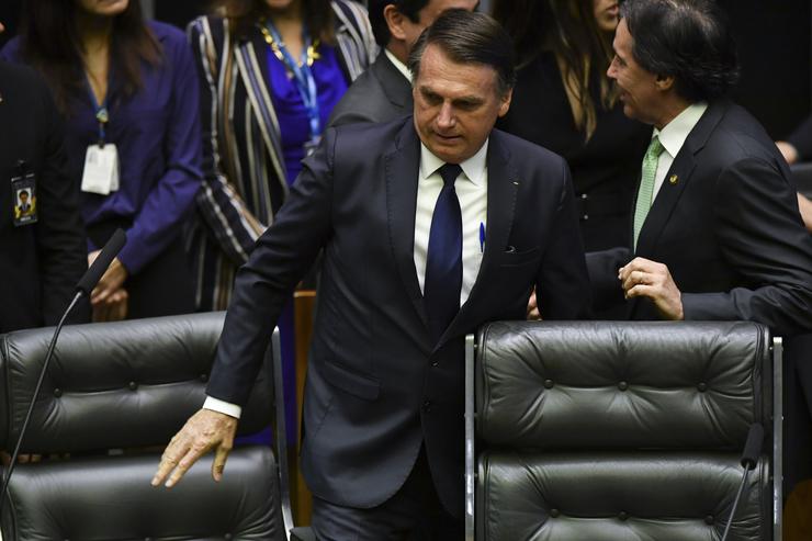 Bolsonaro com bandeira do Brasil ao fundo