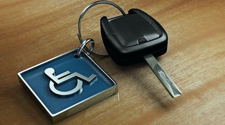 Chave de carro com chaveiro que mostra símbolo do deficiente físico