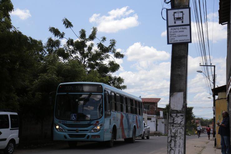 Ônibus circulando no Siqueira