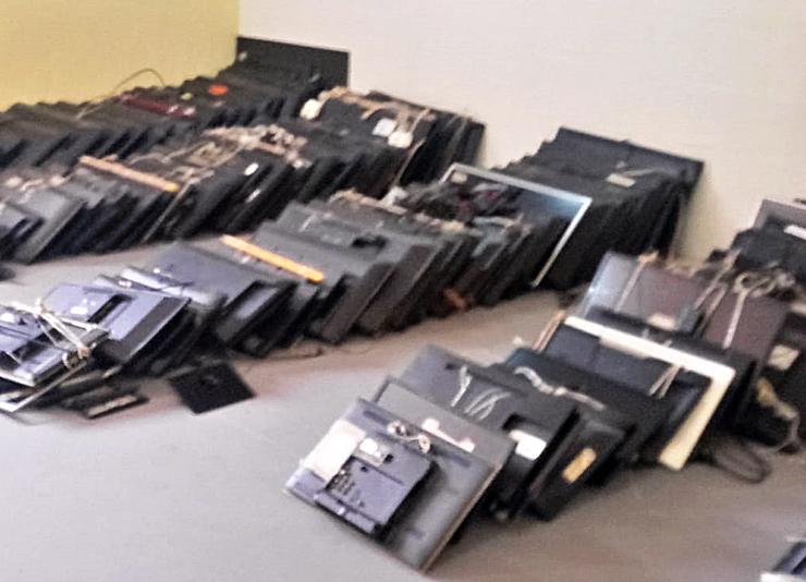 Televisores expostos em pátio de unidade prisional
