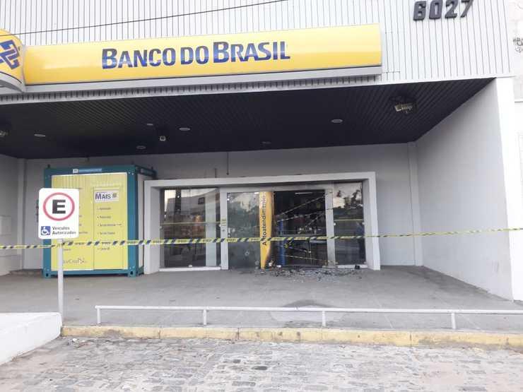 Agência bancária é alvo de tiros e incêndio na Aerolândia - Fortaleza
