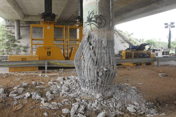 Estrutura danificada do viaduto na BR-020, em Caucaia