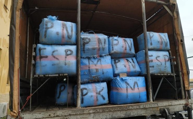 Pacotes de droga empilhados em caminhão