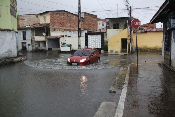 Rua alagada com forte chuva