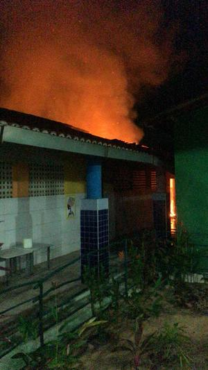 Escola incendiando