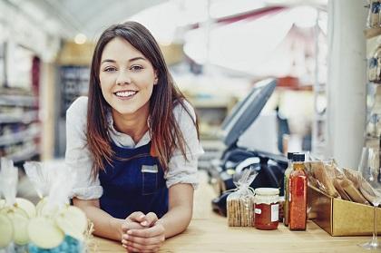 Mulher ruiva trabalha em loja de alimentos