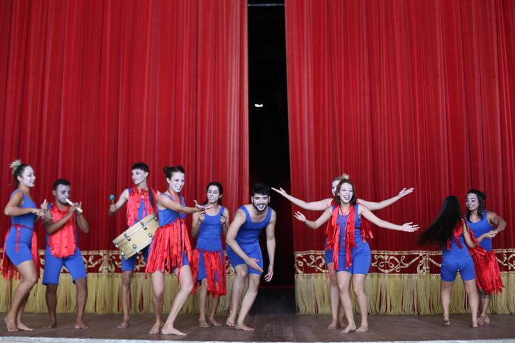 Atores ensaiando no palco