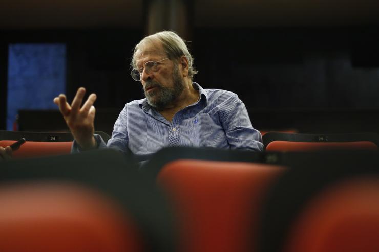 Carlos Vereza entre cadeiras no teatro
