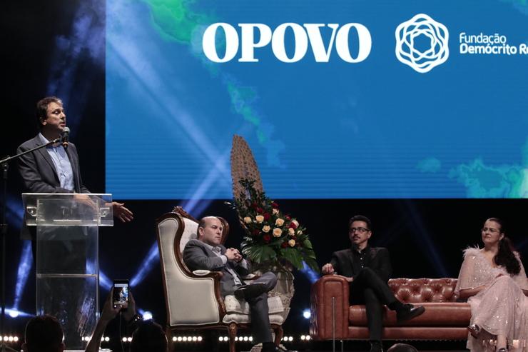 Camilo discursa de pé. Sentados, escutam o prefeito Roberto Cláudio, o ministro Sérgio Sá Leitão e a presidente do O POVO, Lucianaq Dummar